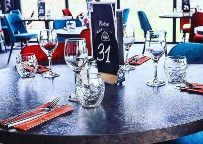 Table dans la salle de restaurant